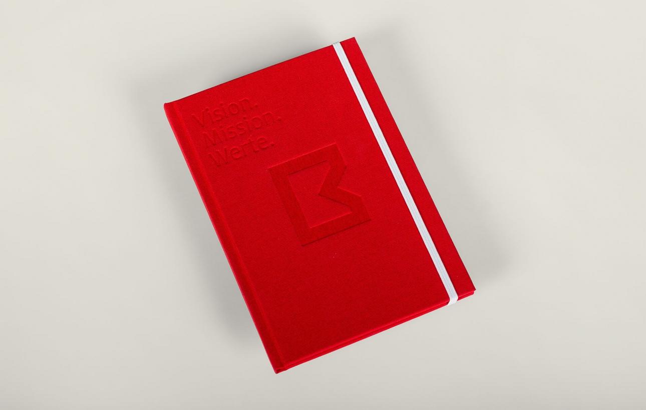 Vision, Mission, Werte: Brandbook für Brüninghoff mit Prägung und Textilcover von der Corporate Design Agentur 31M