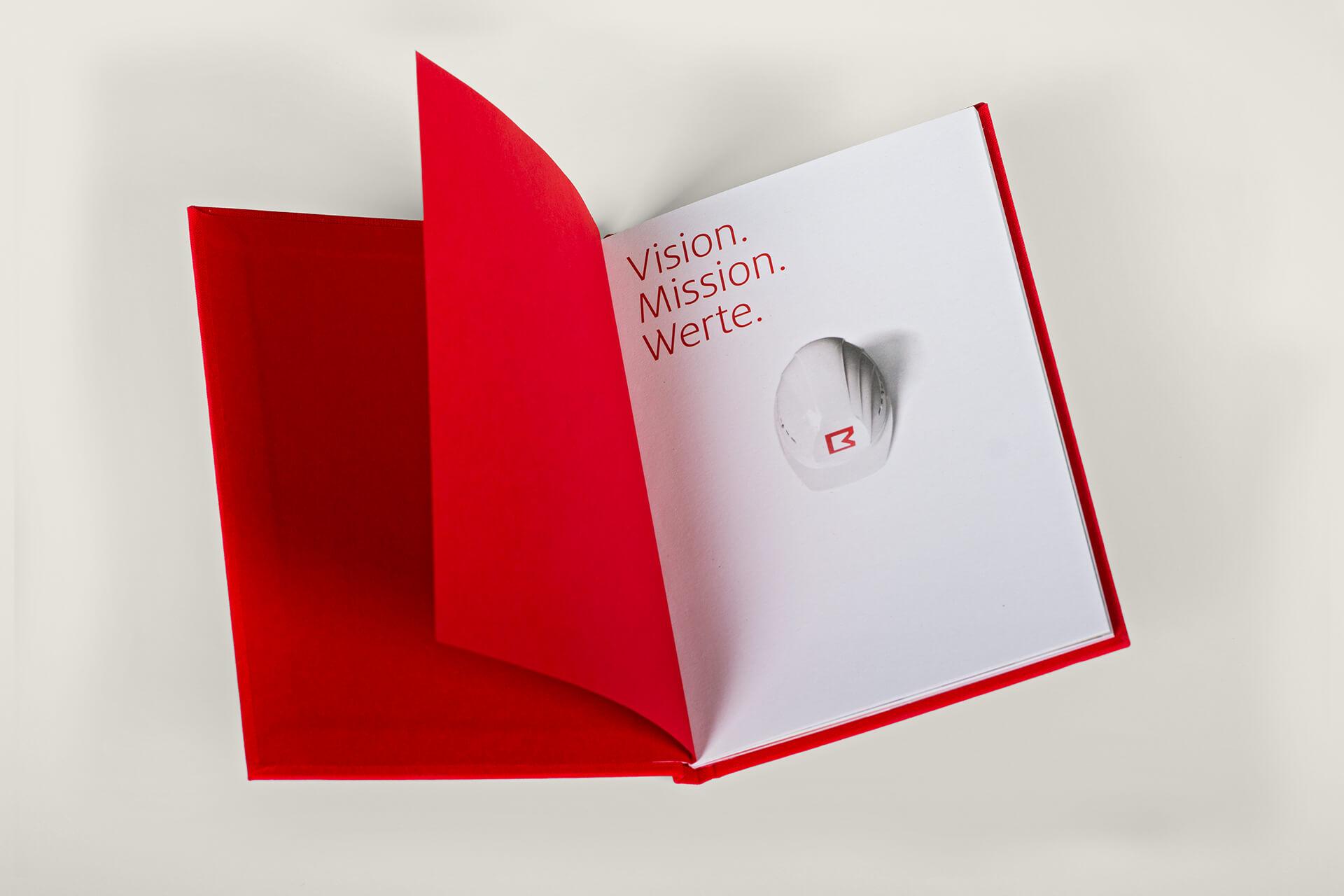 Vision, Mission, Werte: Innenseiten des Brandbook für Brüninghoff mit Prägung und Textilcover von der Corporate Design Agentur 31M