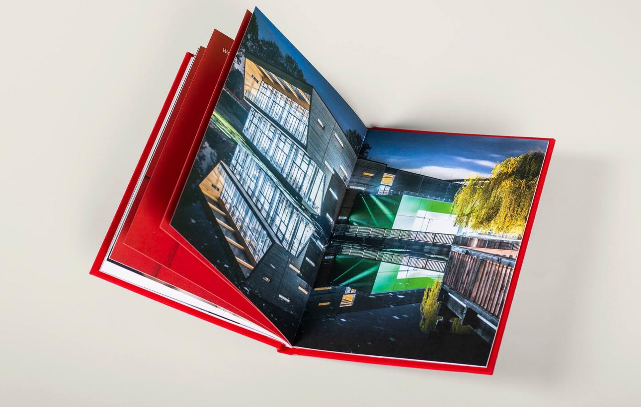 Vision, Mission, Werte: Ansicht Innenseiten des Brandbook für Brüninghoff mit Prägung und Textilcover von der Corporate Design Agentur 31M