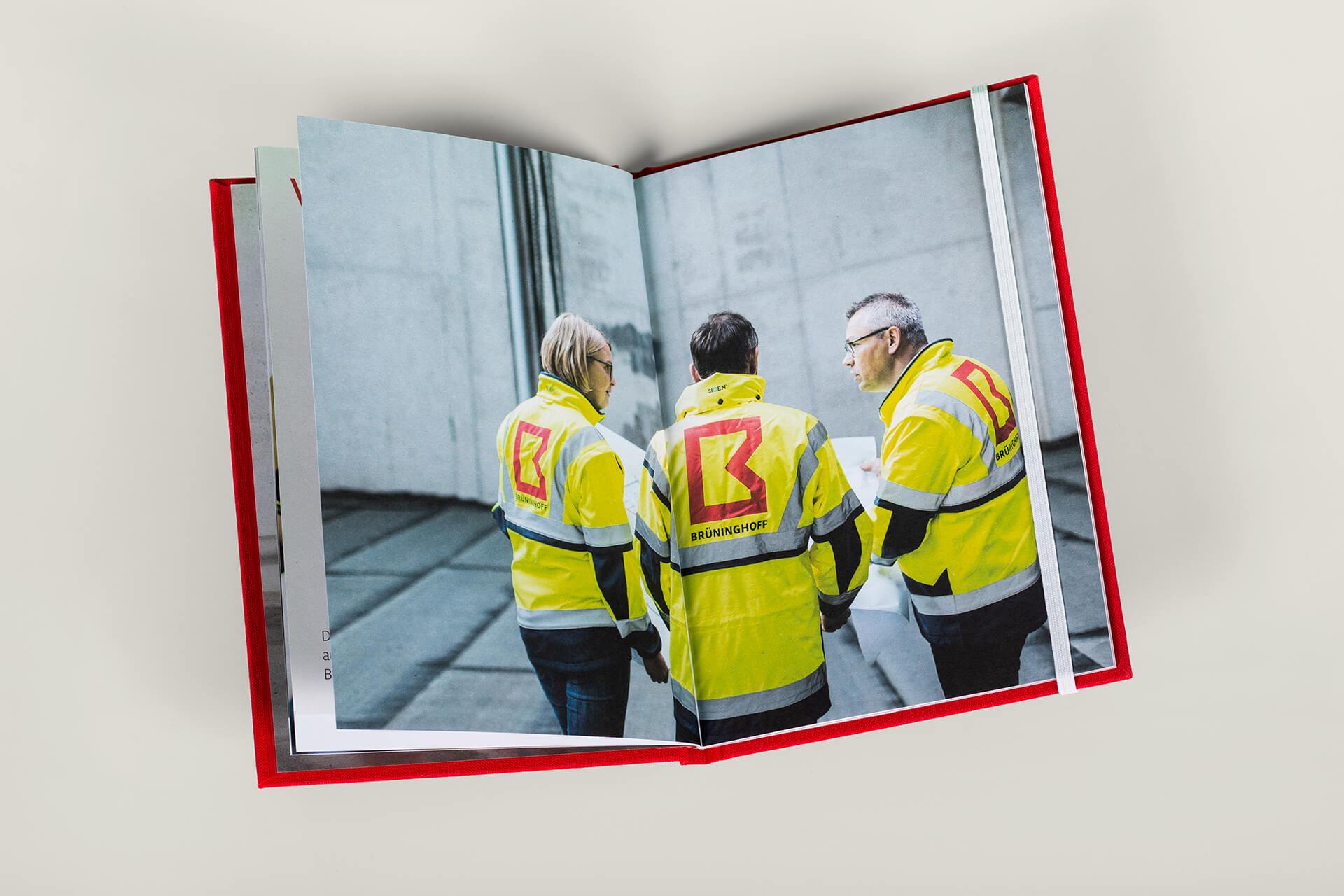 Vision, Mission, Werte: Ansicht Fotokonzept Innenseiten des Brandbook für Brüninghoff mit Prägung und Textilcover von der Corporate Design Agentur 31M