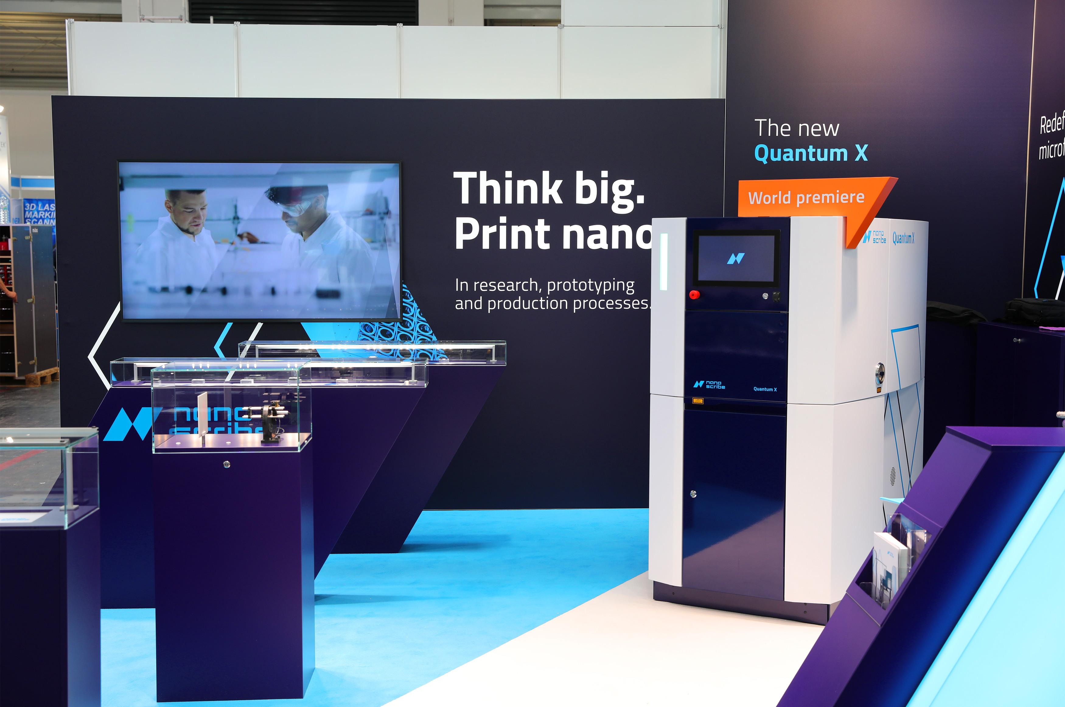 Weltpremiere Quantum X auf dem modularen Messestand von Nanoscribe, Messebau konzipiert von 31M