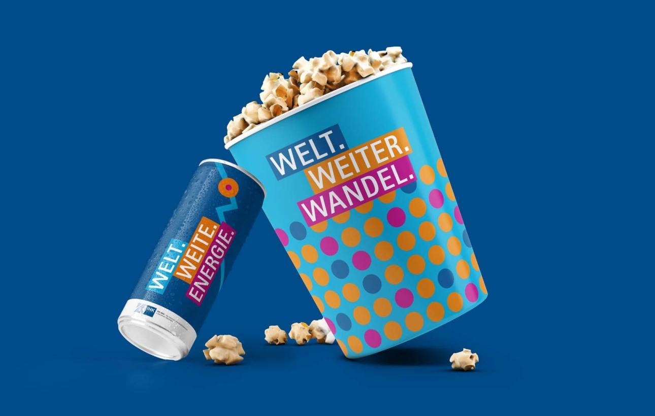 Getränkedose und Popcornbehälter im Eventdesign des NRW-Außenwirtschaftstages 2020, gestaltet von der Corporate Design Agentur 31M