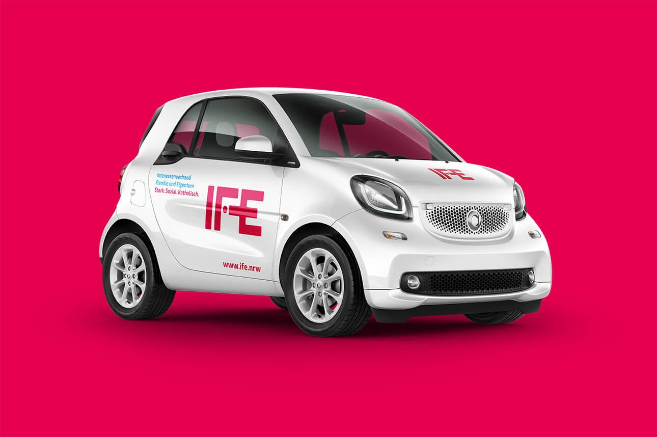 Fahrzeugbeschriftung im IFE-Corporate Design, gestaltet von der 31M Agentur für Corporate Design
