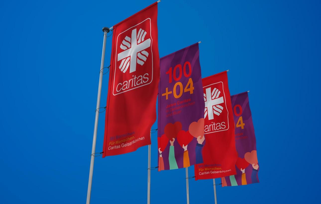 Flaggen im neuen Design für das Jubiläum
